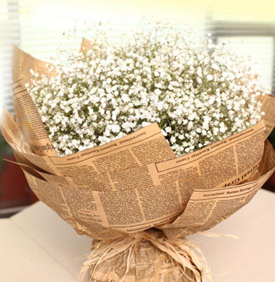 [包 装]:英文报纸,圆形花束   [花 语]:满天星的花语是