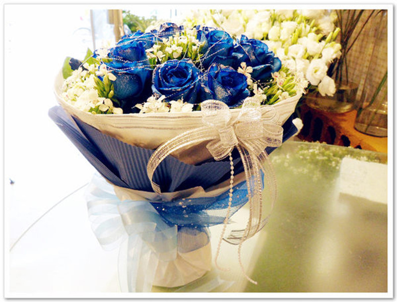 [包 装]:白色瓦楞纸内衬,深蓝色瓦楞纸外裹,如图包装,精美圆形花束