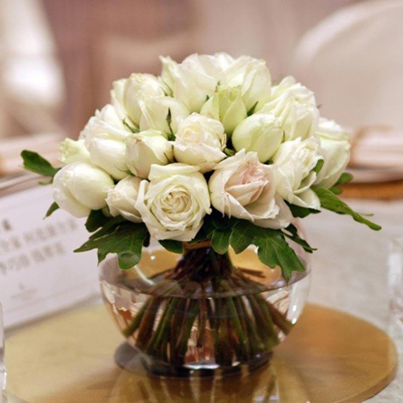 [名 称]:桌花A [编 号]:SW00172 [材 料]:白玫瑰33朵,绿叶点缀 [包 装]:圆形玻璃杯装 [花 语]:适用场合:宴会、婚宴、会议等。 [适合场合]:庆典,婚礼 [配送范围]:本产品全国各地均可送达 [订花热线]:400-702-6699