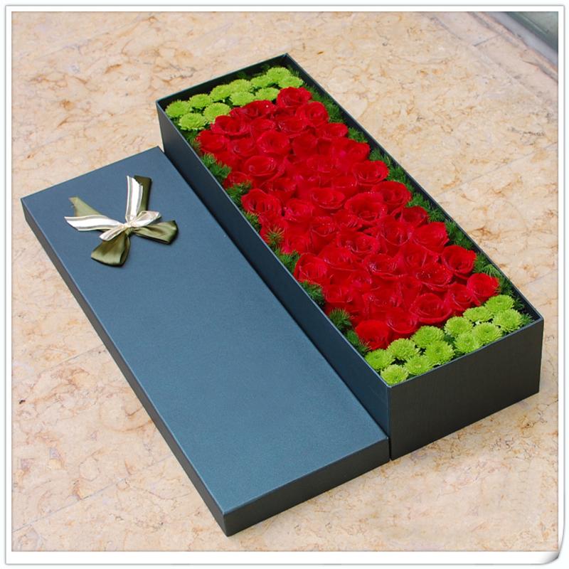 [名 称]:盒子精灵 [编 号]:XH01732 [材 料]:红玫瑰52朵,绿色小菊花等搭配(配材以店里备货为准,默认可更换) [包 装]:墨绿色长方形礼盒装 [花 语]:这个盒子里住着一个精灵,当你打开它来,它会对你施魔法:一辈子,你都是开心快乐的! [适合场合]:恋情,生日,祝福,节日 [配送范围]:本产品全国各地均可送达 [订花热线]:400-702-6699